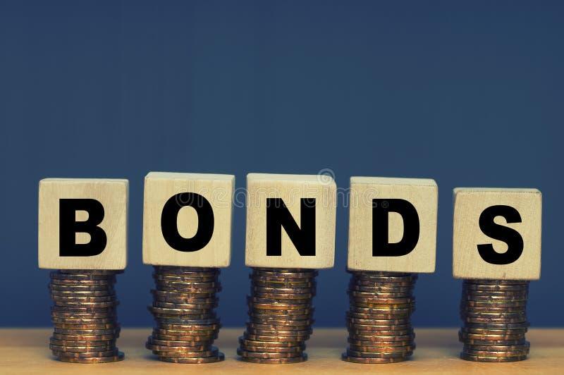 Blocos de madeira com a palavra Bônus Empréstimo equivalente fotos de stock