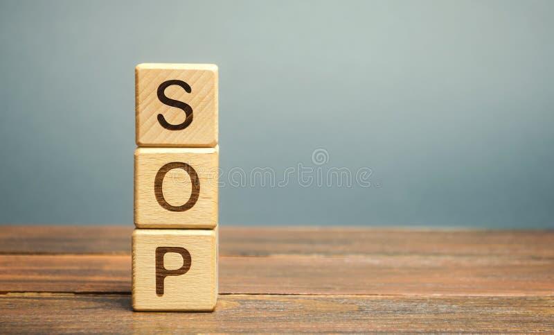 Blocos de madeira com a palavra procedimento operacional padrão SOP Instruções para auxiliar os funcionários em operações rotinei foto de stock