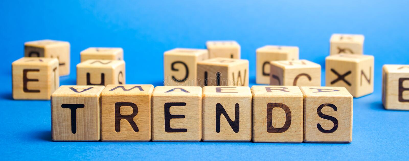 Blocos de madeira com a palavra Trends Temas populares e relevantes Novas tendências ideológicas Tendência recente e mais recente fotografia de stock