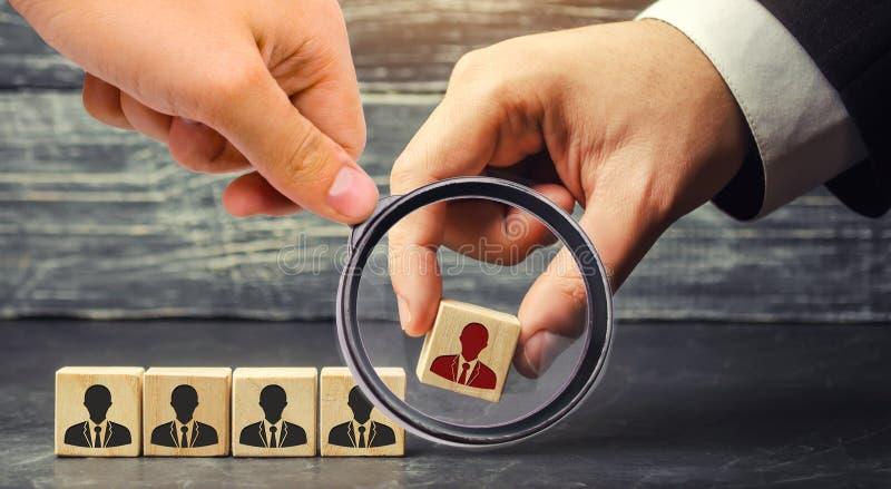 blocos de madeira com uma imagem dos trabalhadores o homem de negócios ou o CEO removem/demitem o empregado gestão dentro da equi foto de stock