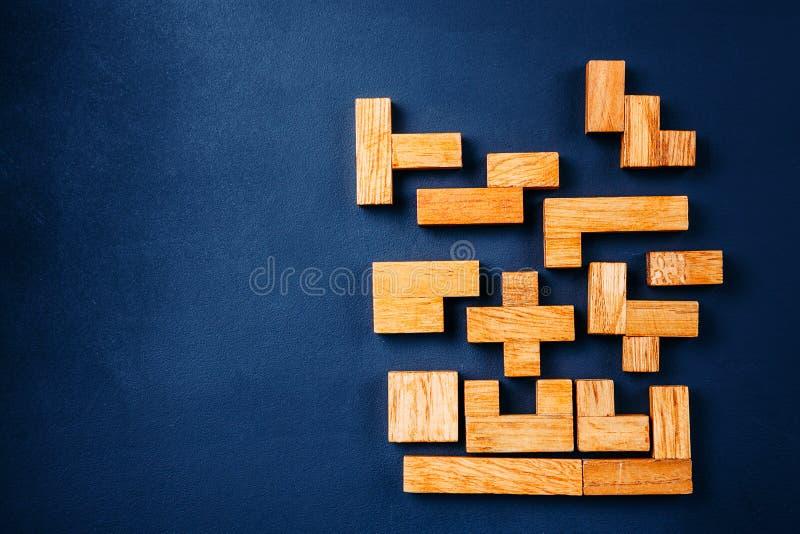 Blocos de madeira das formas geométricas diferentes em um fundo escuro Pensamento criativo, lógico e conceito da resolução de pro fotografia de stock royalty free