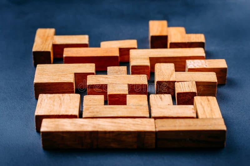Blocos de madeira das formas geométricas diferentes em um fundo escuro Pensamento criativo, lógico e conceito da resolução de pro fotografia de stock