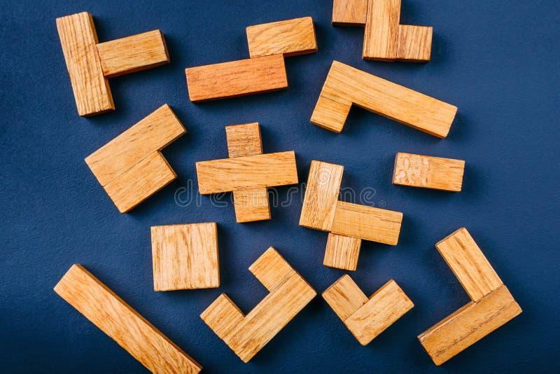 Blocos de madeira das formas geométricas diferentes em um fundo escuro Pensamento criativo, lógico e conceito da resolução de pro foto de stock royalty free
