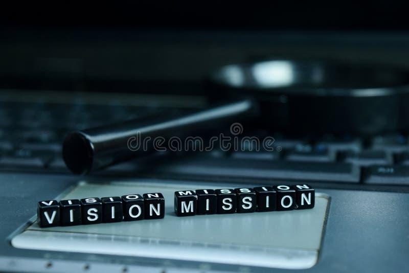 Blocos de madeira do texto da missão da visão no fundo do portátil Conceito do negócio e da tecnologia imagem de stock royalty free