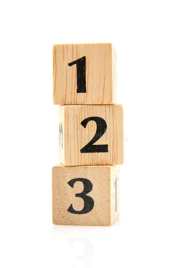 Blocos de madeira empilhados com números imagem de stock