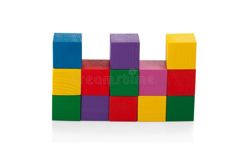 Blocos de madeira, pirâmide de cubos coloridos, o brinquedo das crianças isolado imagem de stock royalty free