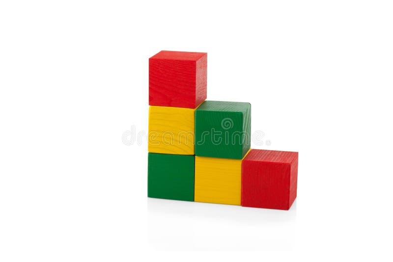 Blocos de madeira, pirâmide de cubos coloridos, o brinquedo das crianças isolado imagens de stock royalty free