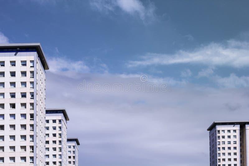 Blocos de planos brancos, modernos e céu azul, fundo moderno fotografia de stock royalty free