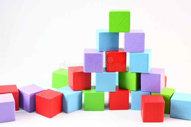 Blocos do brinquedo da pirâmide imagens de stock royalty free