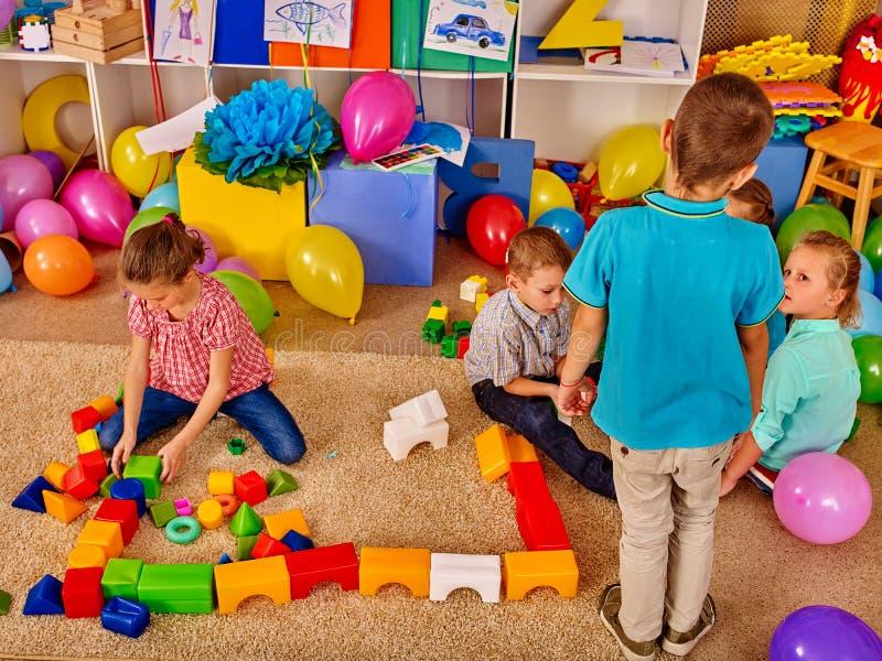 Blocos do jogo das crianças do grupo no assoalho imagem de stock