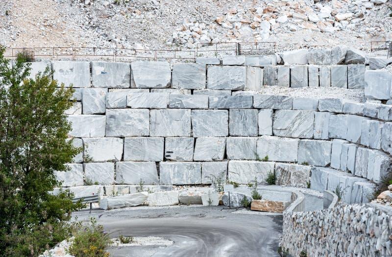 Blocos do mármore branco na pedreira de mármore de Carrara em Toscânia, Itália imagem de stock royalty free