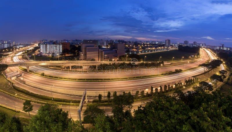 Blocos do parque industrial e do alojamento ao longo da via expressa Exposição longa da infraestrutura do transporte imagens de stock royalty free