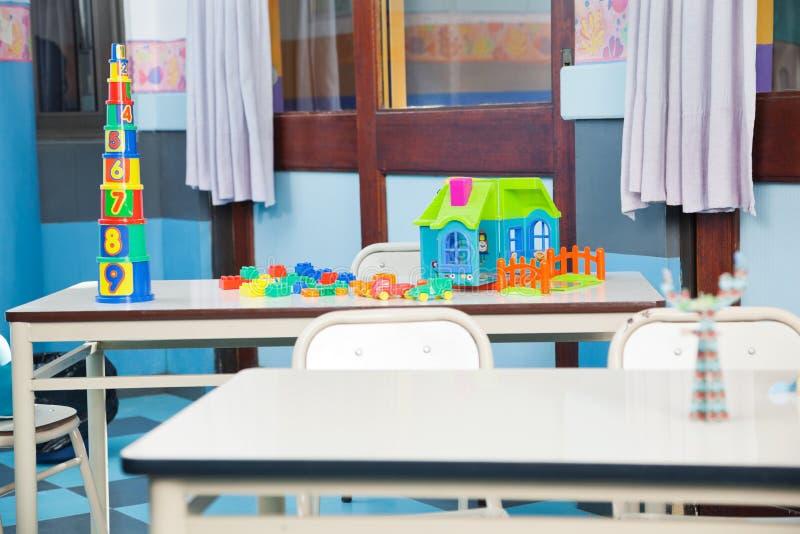 Blocos e casa da construção na mesa fotografia de stock royalty free