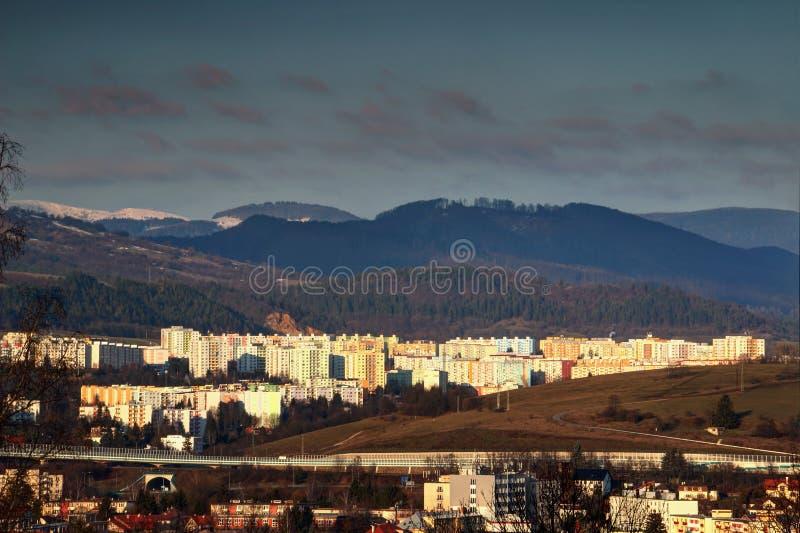Blocos e montanhas de torre coloridos ensolarados em Banska Bystrica fotos de stock royalty free