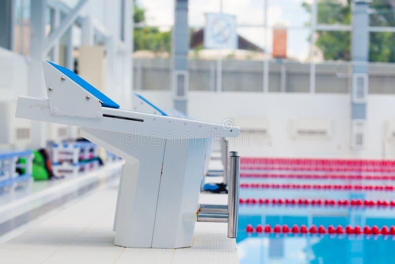 Blocos e pistas começar em uma piscina fotos de stock royalty free