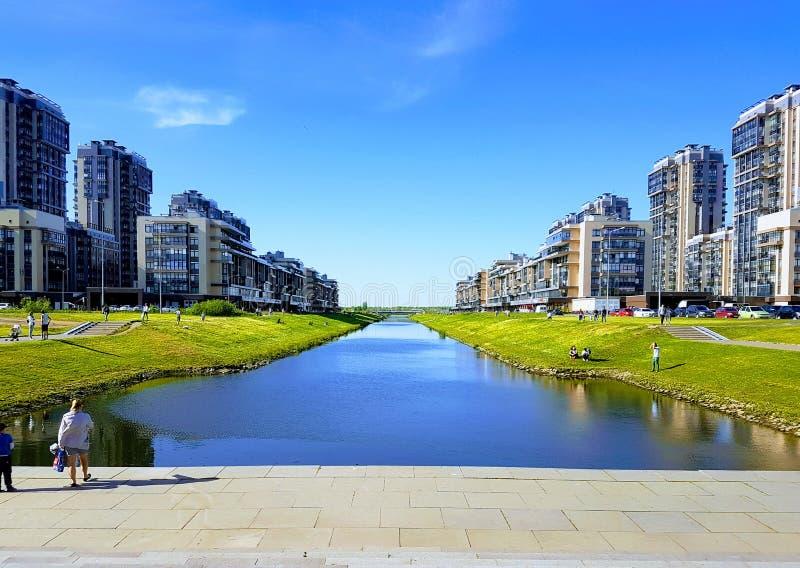 Blocos urbanos novos, casas coloridas do multi-apartamento novo do painel stan imagem de stock royalty free