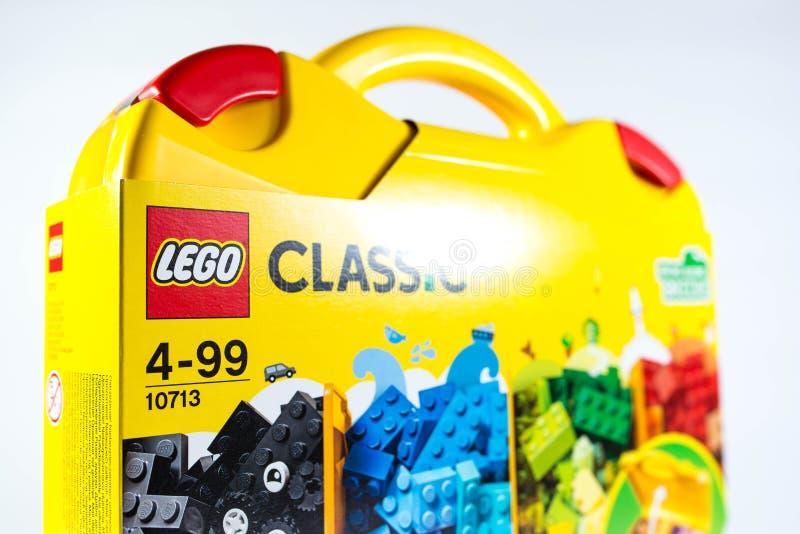 Blocs constitutifs classiques de Lego au foyer jaune de cas sur le logo images libres de droits