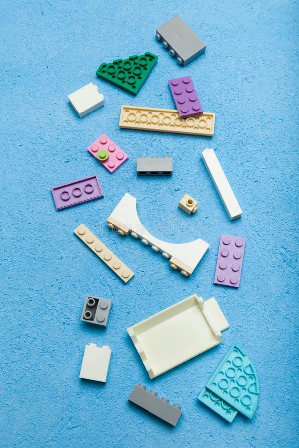 Blocs constitutifs de cube en bois coloré, verticale photographie stock libre de droits