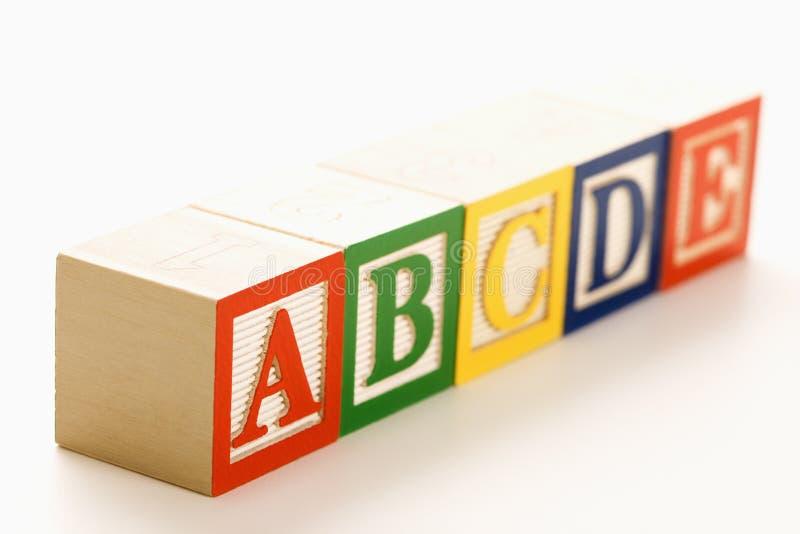 Blocs d'alphabet dans une ligne. photographie stock