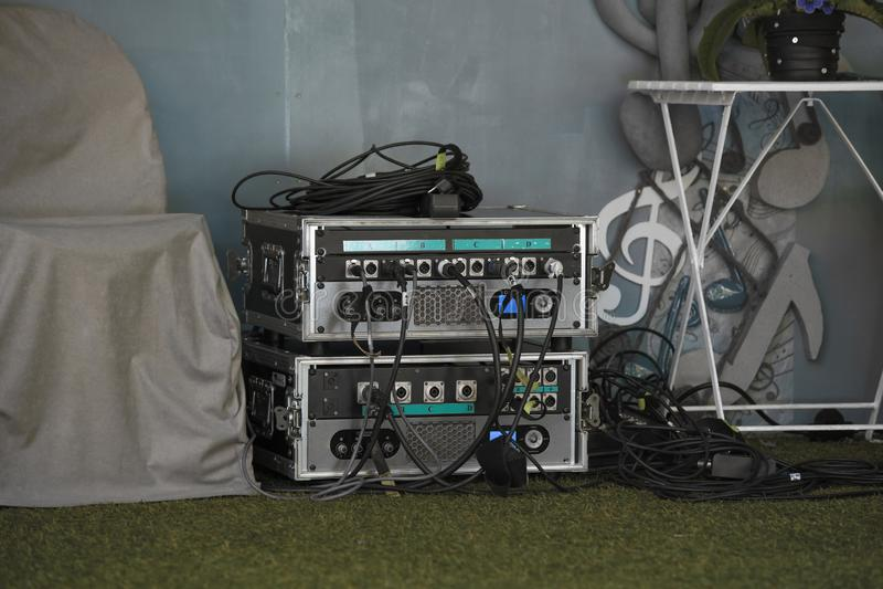 Blocs d'installations légères électriques dans le travail sur l'étape décorée de concert photographie stock libre de droits