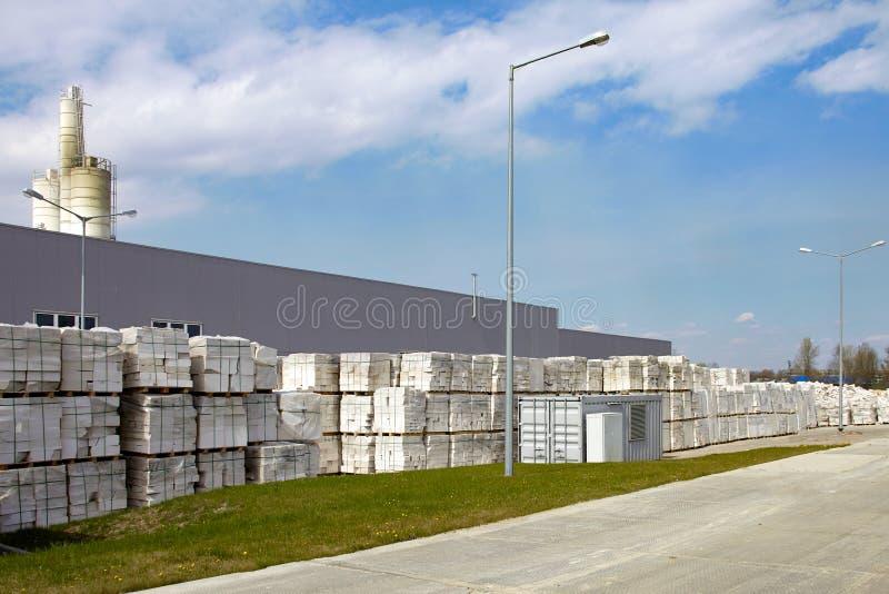 Blocs de béton aérés défectueux sur des palettes devant l'usine image stock