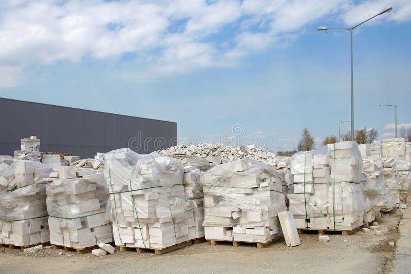 Blocs de béton aérés défectueux sur des palettes stockées à l'entrepôt photographie stock