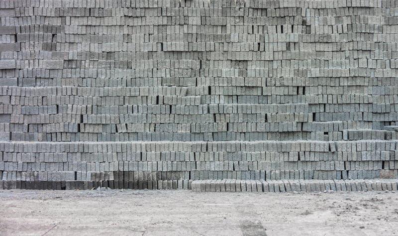 Blocs de béton gris sur la terre images libres de droits