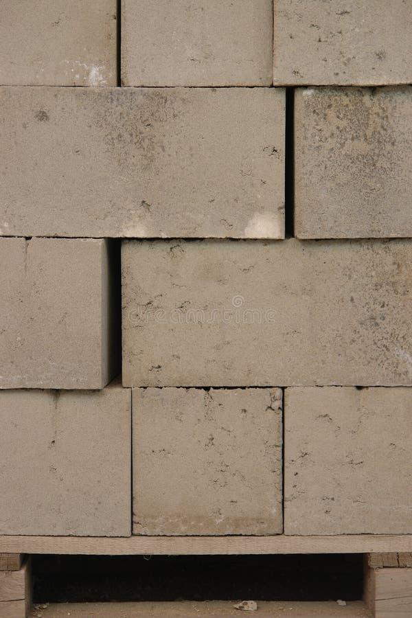 Blocs de ciment sur un marché au jour image stock