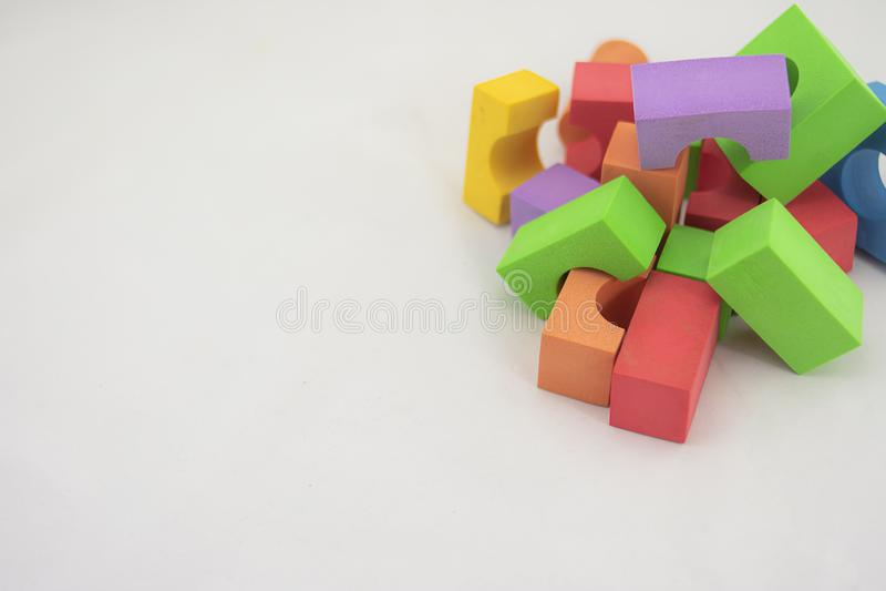 Blocs de couleur empilés pour construire des constructions pour enfants images stock