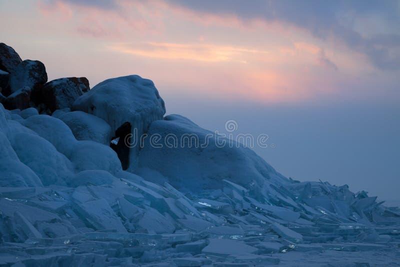 Blocs de glace bleus sur le fond de coucher du soleil photographie stock libre de droits