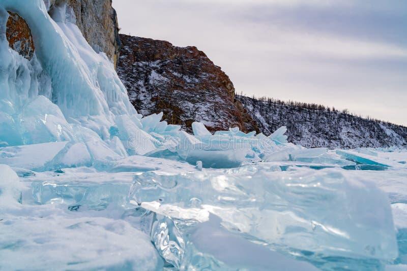 Blocs de glace couverts de neige chez le lac Baïkal congelé photographie stock libre de droits