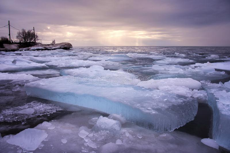 Blocs de glace par le lac image libre de droits