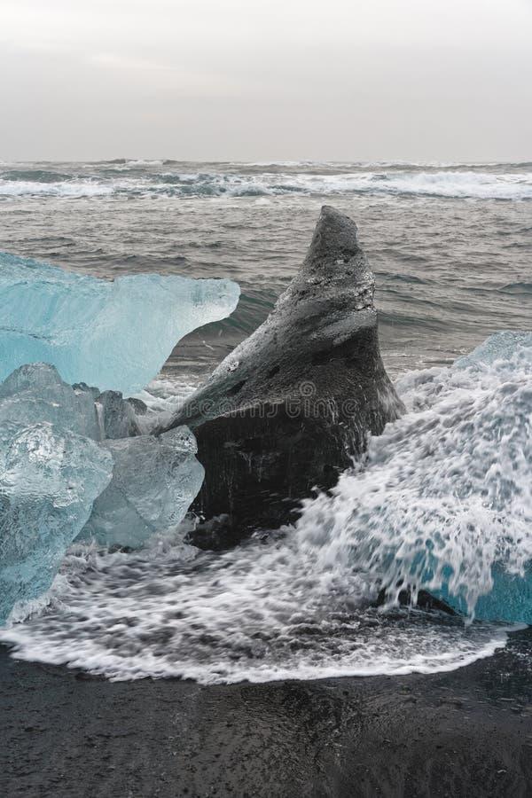 Blocs de glace sur la plage photographie stock libre de droits