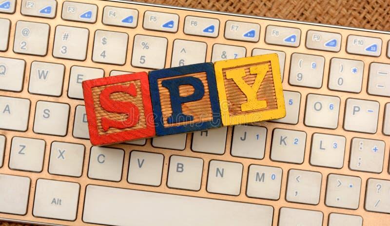 Blocs de Word d'espion sur le clavier entaillant le concept photographie stock