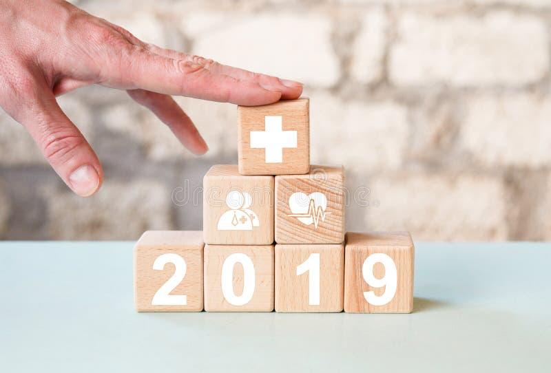 Blocs en bois avec 2019 et symboles médicaux photo libre de droits