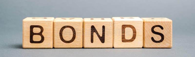 Blocs en bois avec les liens de mot Un lien est une s?curit? qui indique que l'investisseur a fourni un pr?t ? l'?metteur images libres de droits