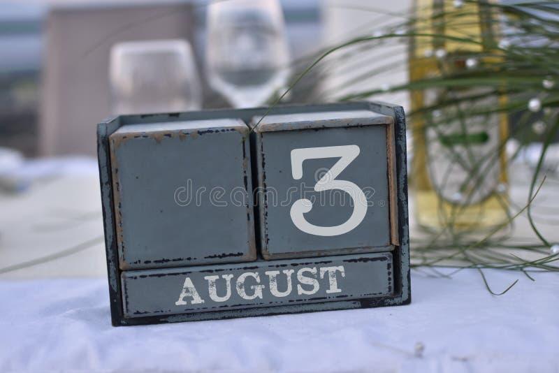Blocs en bois dans la boîte avec la date, le jour et le mois 3 août photo libre de droits