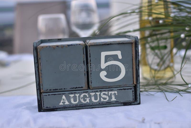 Blocs en bois dans la boîte avec la date, le jour et le mois 5 août photographie stock libre de droits