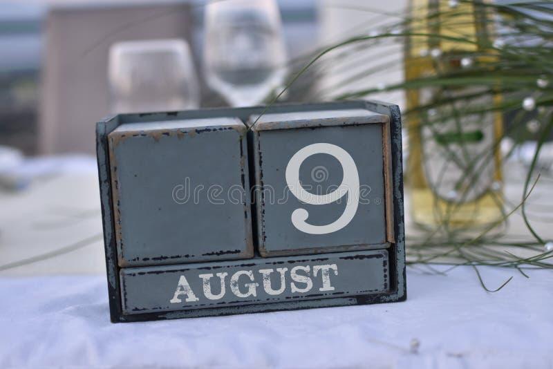 Blocs en bois dans la boîte avec la date, le jour et le mois 9 août photographie stock libre de droits