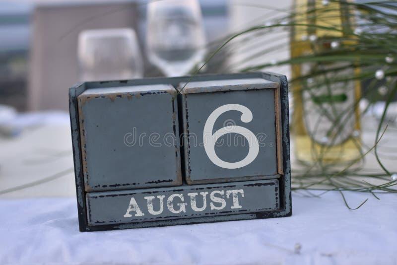 Blocs en bois dans la boîte avec la date, le jour et le mois 6 août photo stock