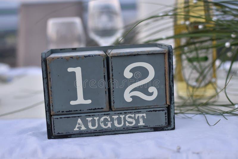 Blocs en bois dans la boîte avec la date, le jour et le mois 12 août image libre de droits