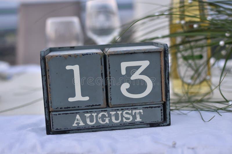 Blocs en bois dans la boîte avec la date, le jour et le mois 13 août image stock