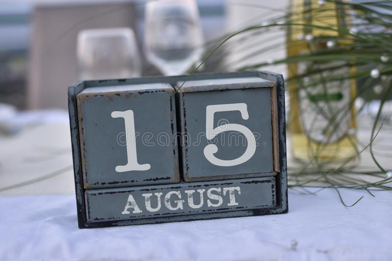 Blocs en bois dans la boîte avec la date, le jour et le mois 15 août images stock