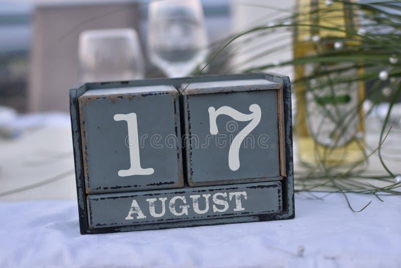 Blocs en bois dans la boîte avec la date, le jour et le mois 17 août images stock