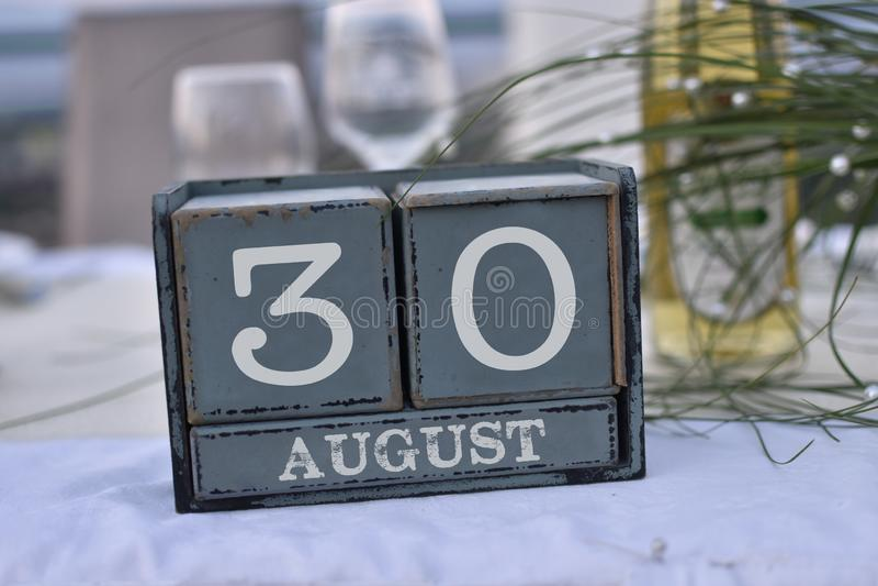 Blocs en bois dans la boîte avec la date, le jour et le mois 30 août images libres de droits