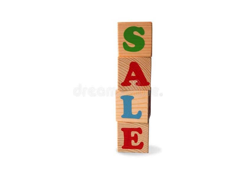 Blocs en bois de jouet d'alphabet avec le texte : vente Cubes multicolores d'isolement en ABC d'enfants sur le fond blanc avec l' images stock