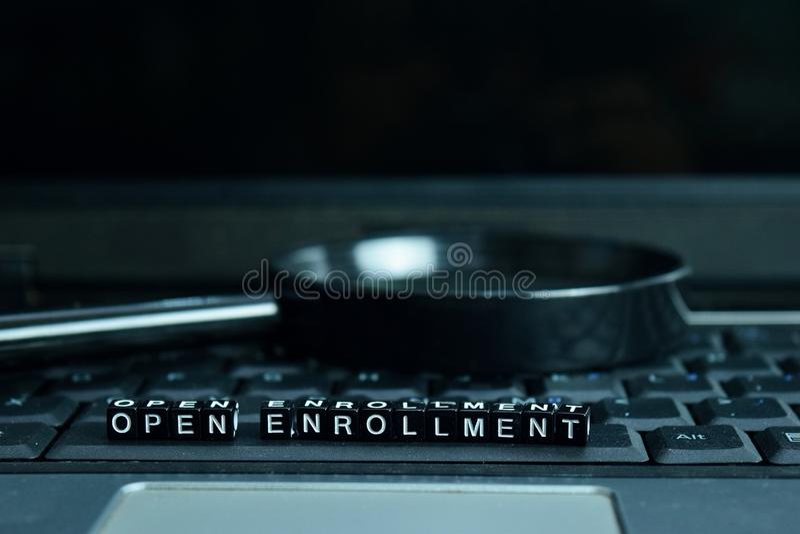 Blocs en bois des textes ouverts d'inscription à l'arrière-plan d'ordinateur portable Concept d'affaires et de technologie photographie stock