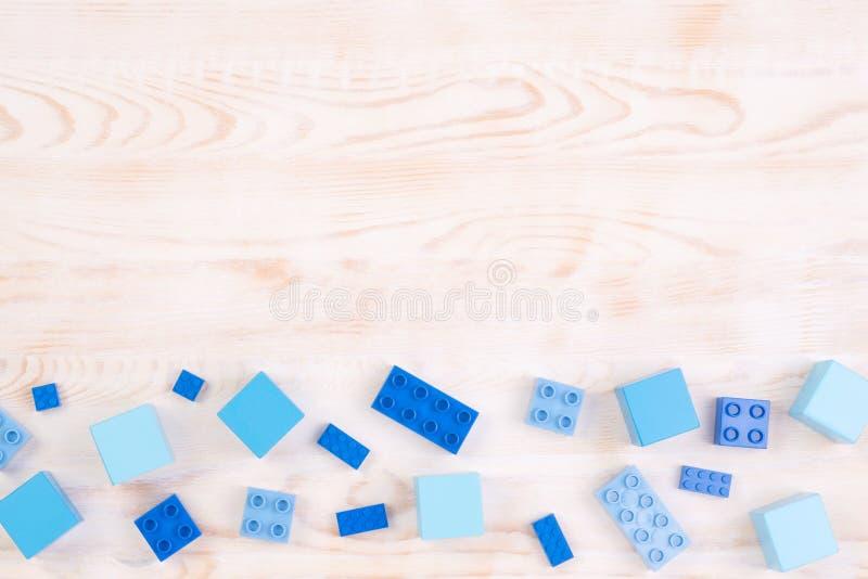 Blocs en bois et en plastique bleus sur le fond en bois, vue supérieure avec l'espace de copie photo stock