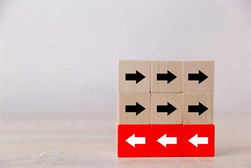 Blocs en bois rouges avec les fl?ches blanches faisant face vis-?-vis les fl?ches noires image libre de droits
