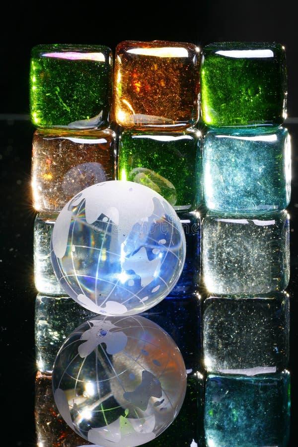 Blocs en verre et globe colorés photographie stock libre de droits